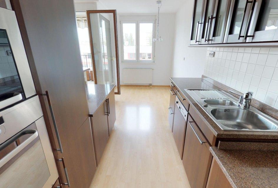 pohľad z kuchyne do jedálneskej časti