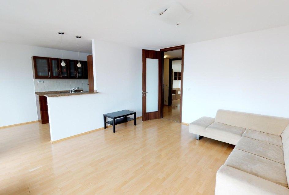 veľká obývacia izba s kuchyňou