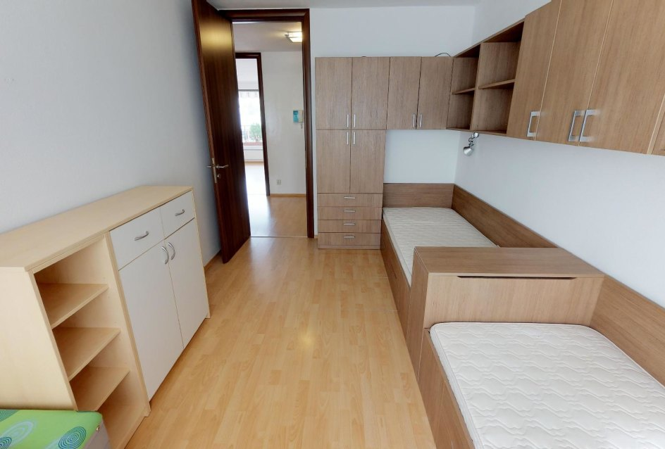 Nábytok a postele v destkej izbe