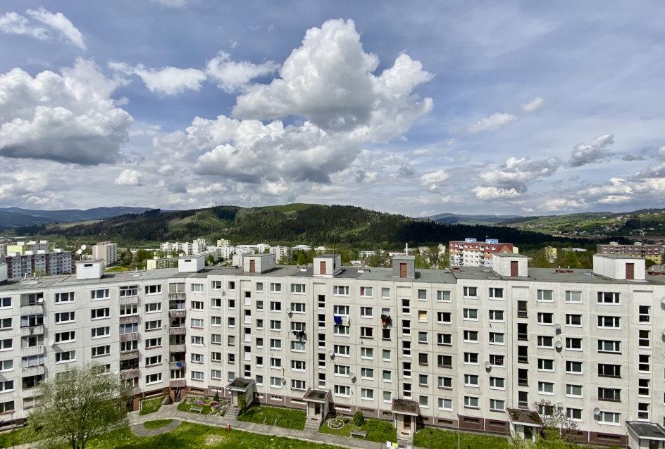 Výhľad na okolie bytového domu