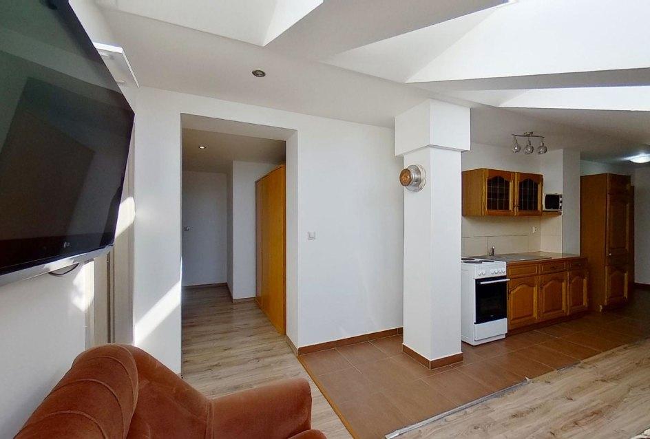 pohľad do obývacej izby s kuchynským kútom