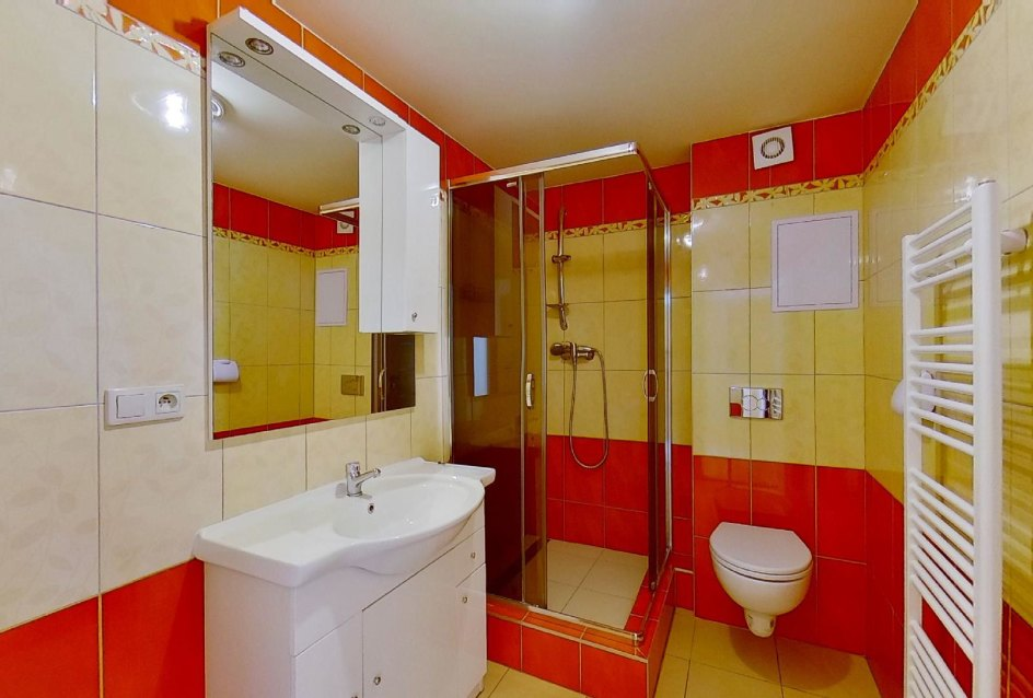 kúpeľňa so sprchovým kútom