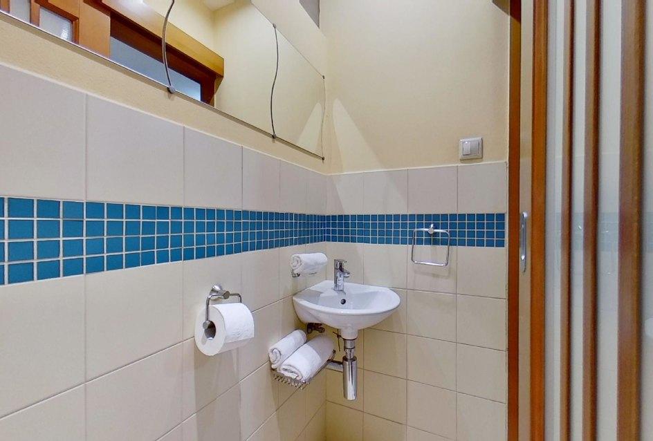 Umývadlo na toalete
