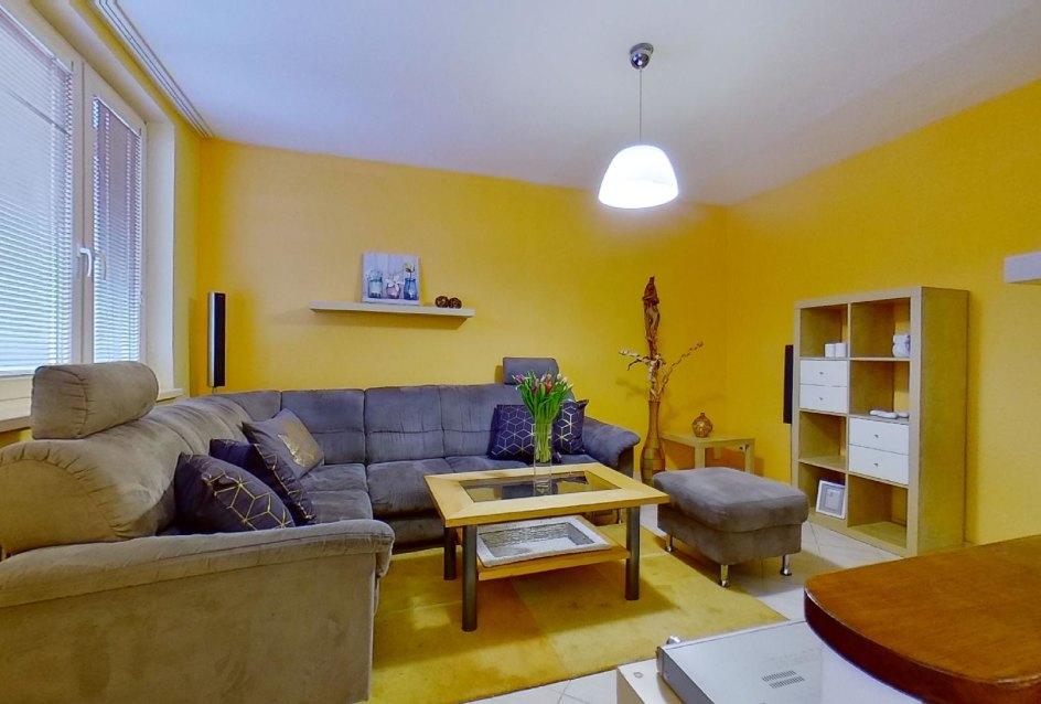 Rohová sedačka v obývacej izbe