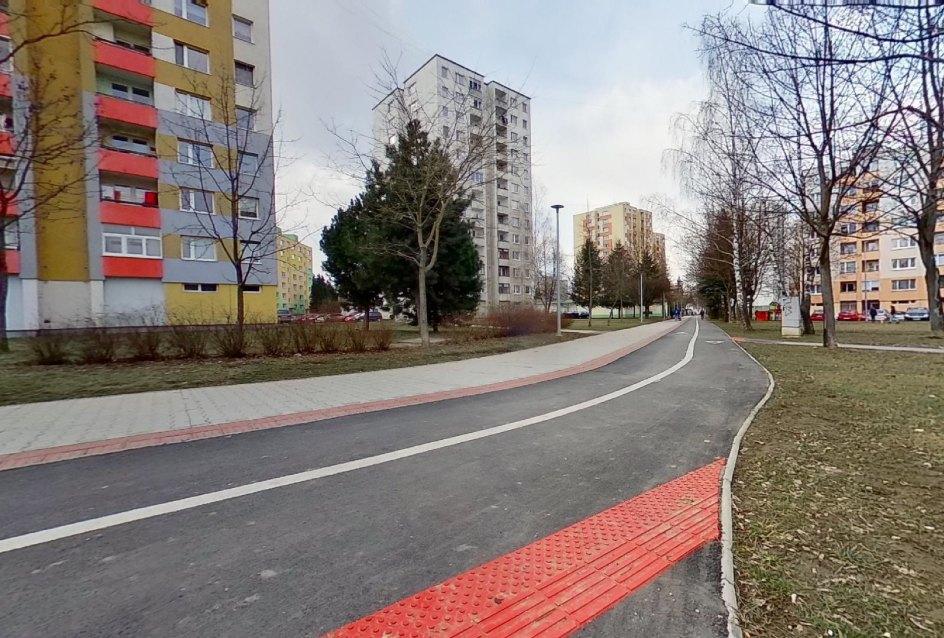 Cyklistický chodník pri bytovom dome