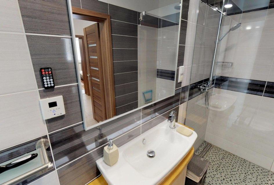 omývadlo a sprchy v kúpeľni