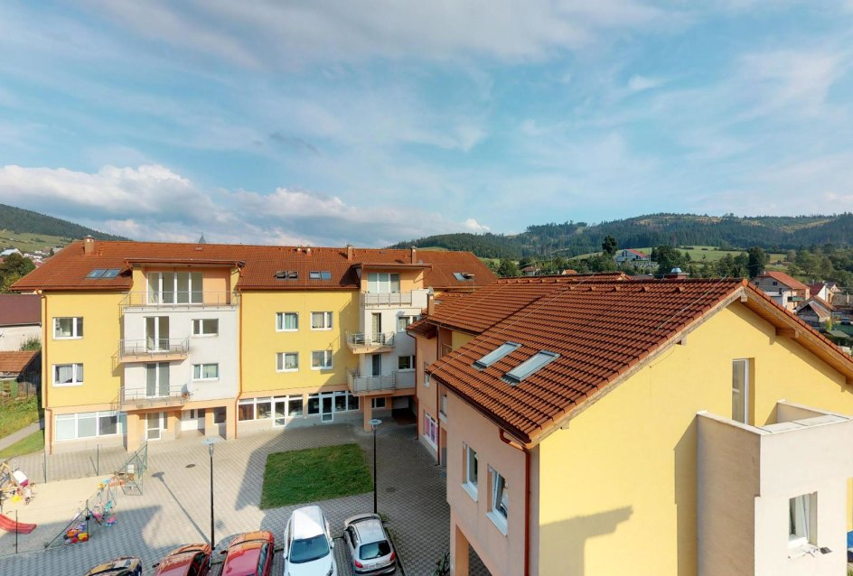 Výhľad z terasy Zariadená obývacia izba v 3-izbovom byte v Kysuckom Lieskovci
