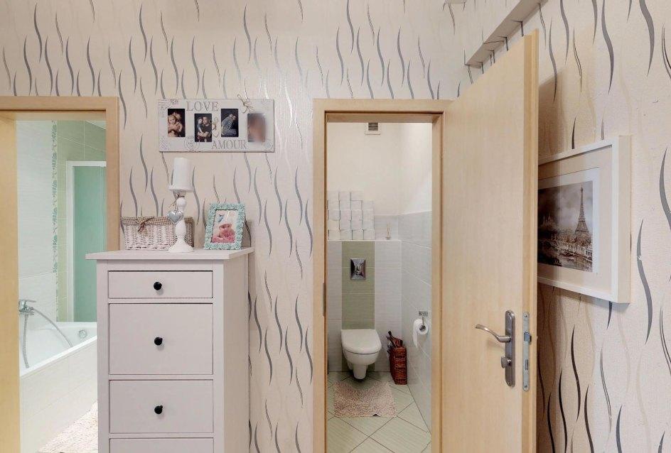 Toaleta a kúpeľňa Zariadená obývacia izba v 3-izbovom byte v Kysuckom Lieskovci