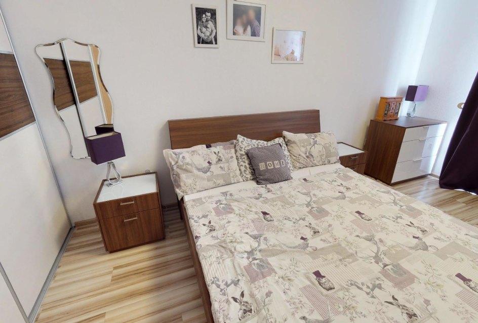 Spálňa s manželskou posteľou a skriňou Zariadená obývacia izba v 3-izbovom byte v Kysuckom Lieskovci