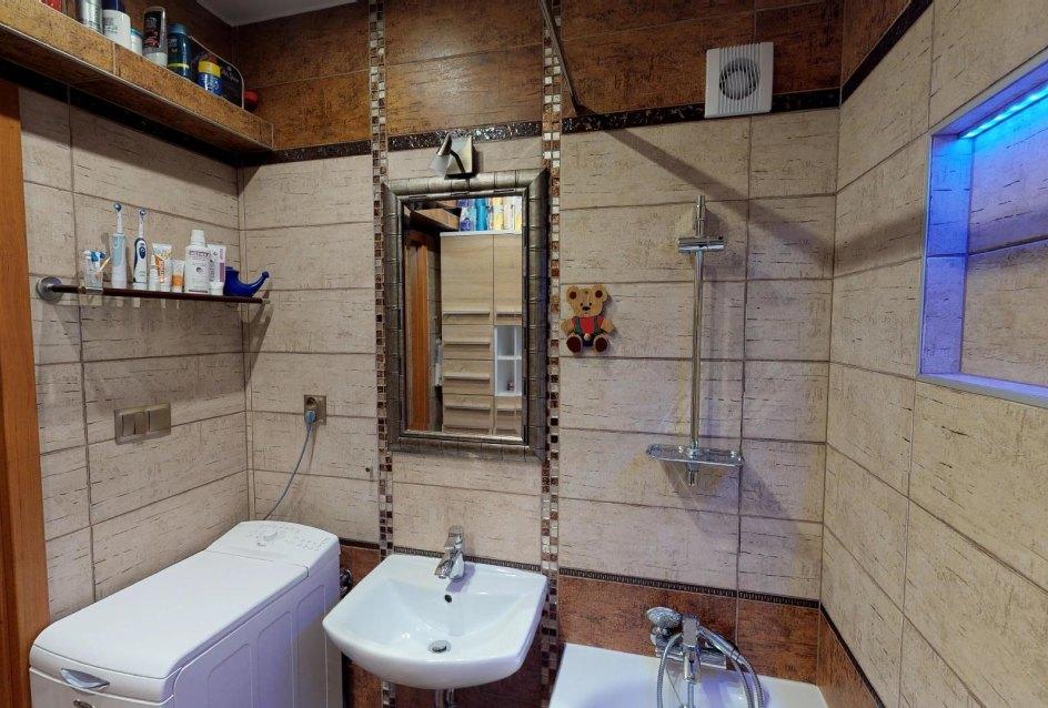 Kúpeľňa s vaňou a práčkou