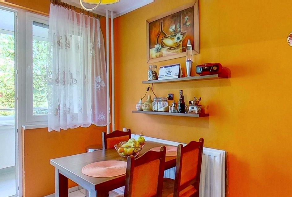 Kuchynský stôl, police a obraz v kuchyni