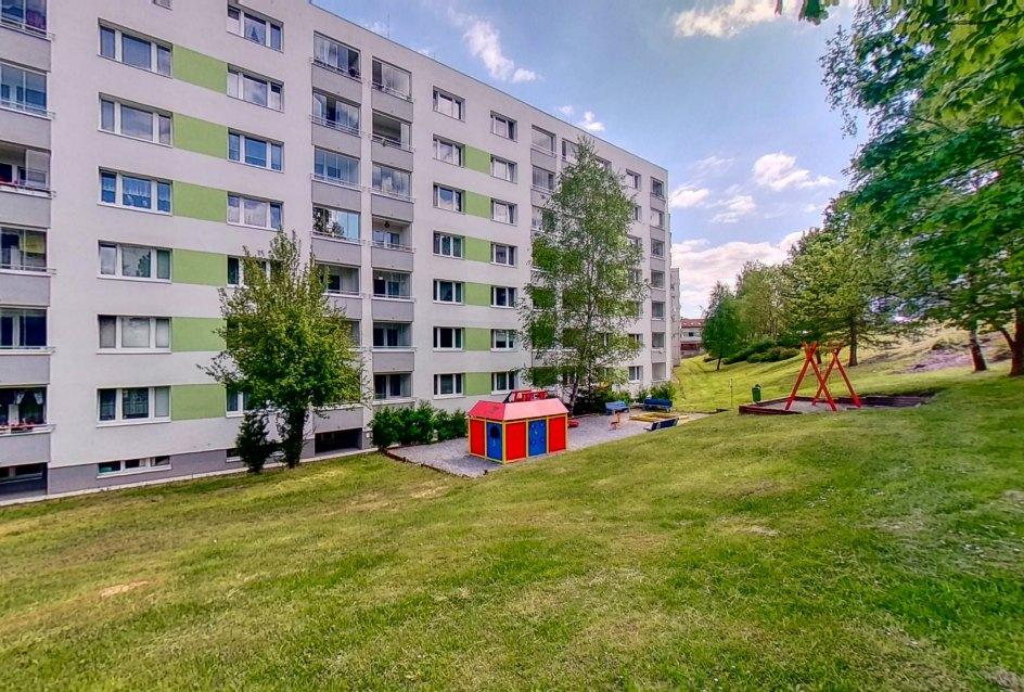 Park a detské ihrisko za bytovým domom na Okružnej ul.