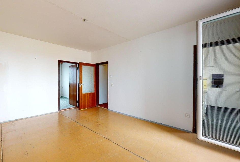 Veľká obývacia izba so vstupom do kuchyne a na lodžiu