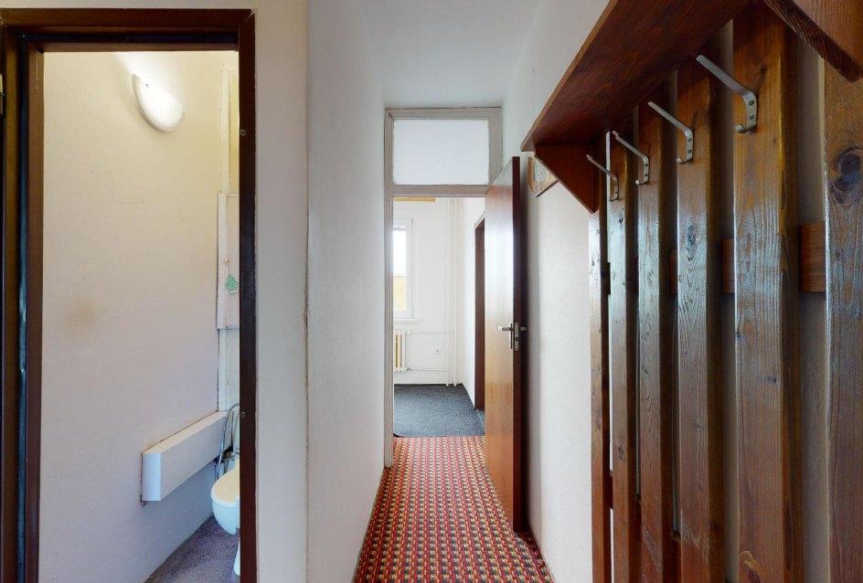 Pohľad do chodby a toalety
