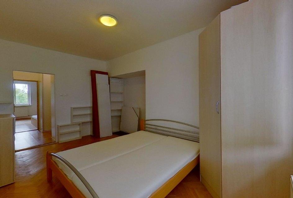 spálňa s manželskou posteľou a skriňou