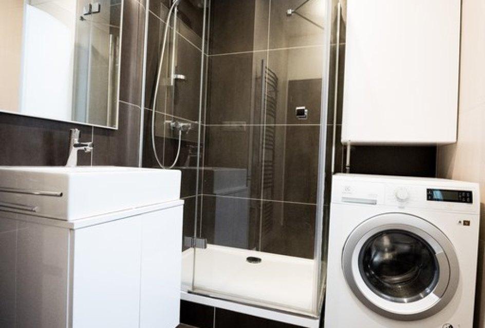Sprchový kút, umývadlo a práčka v 3-izbovom byte na Botovej v Žiline