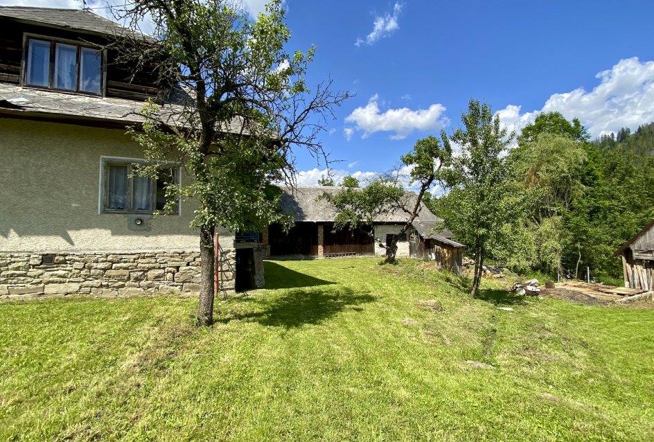Starší dom na veľkom pozemku