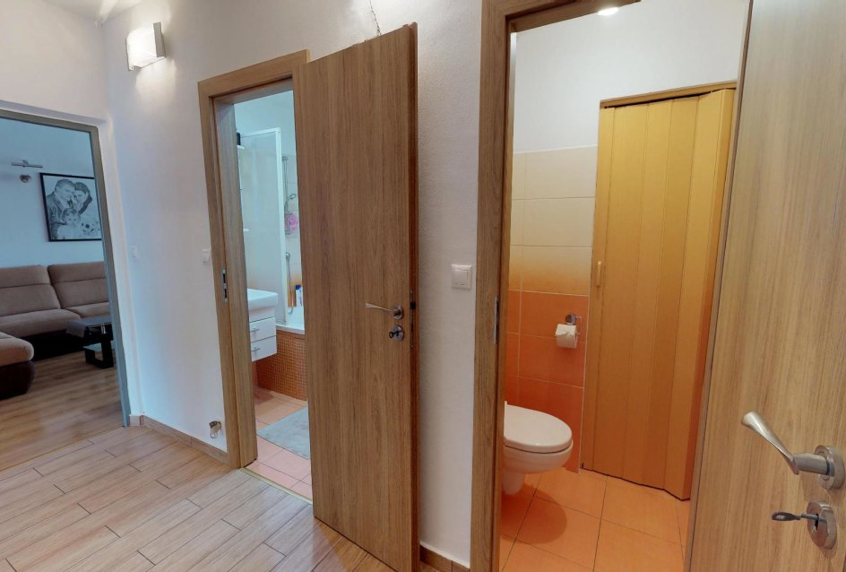 Pohľad na toaletu a kúpeľňu