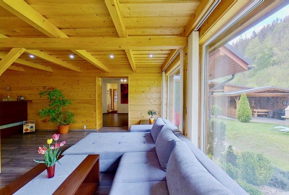 sedačka a výhľad z obývacej izby