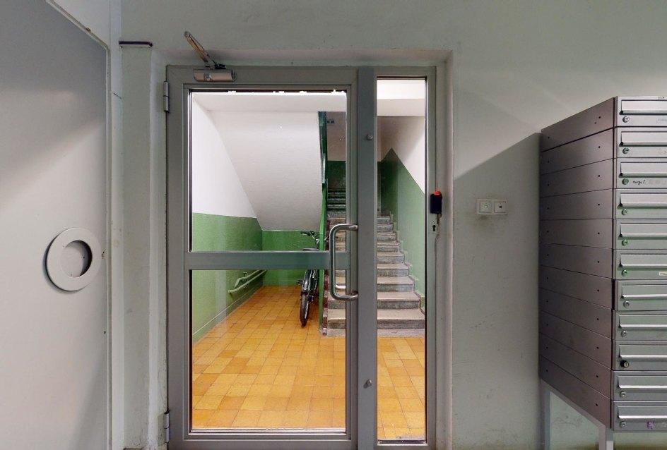 Schodisko v bytovom dome Vlčie hrdlo 57