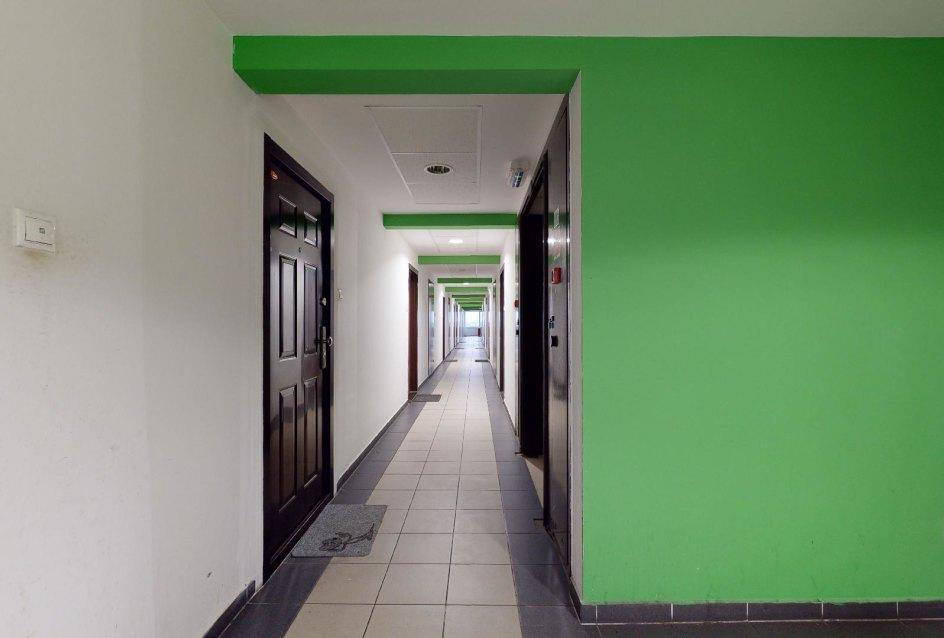 Chodba na 7. poschodí bytového domu Vlčie hrdlo 57