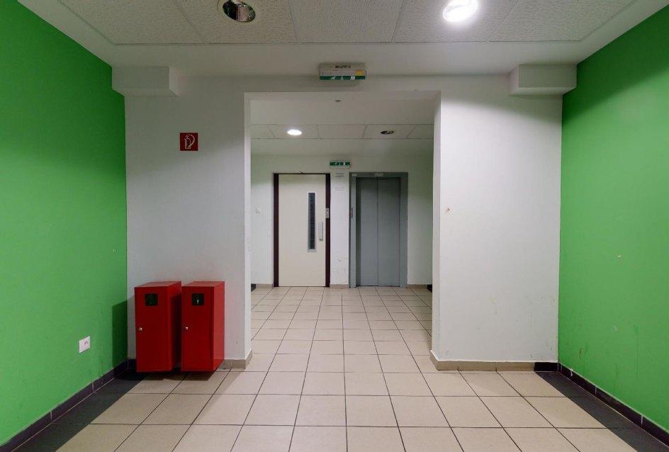 Prístup k výťahom v bytovom dome Vlčie hrdlo 57