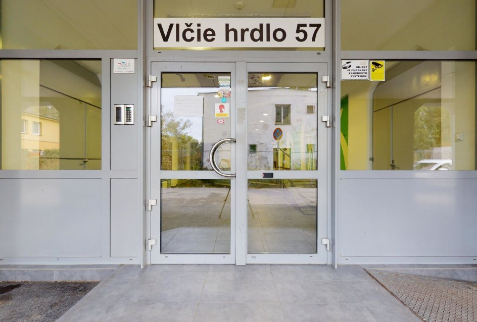 Vchod do bytového domu so zabezpečeným prístupom na čip, Vlčie hrdlo 57