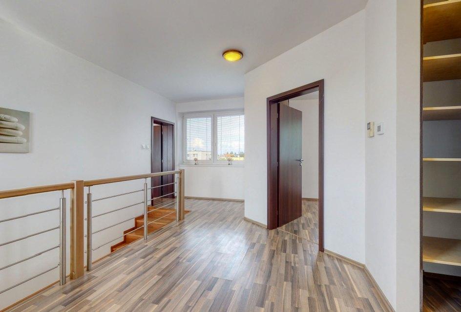 Pohľad na schodisko, vstup do izby a vstup do druhej spálne