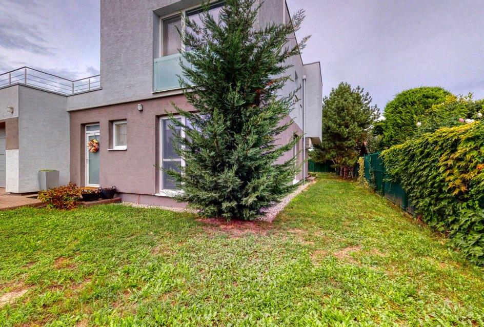 Pohľad na dom a zeleň okolo domu