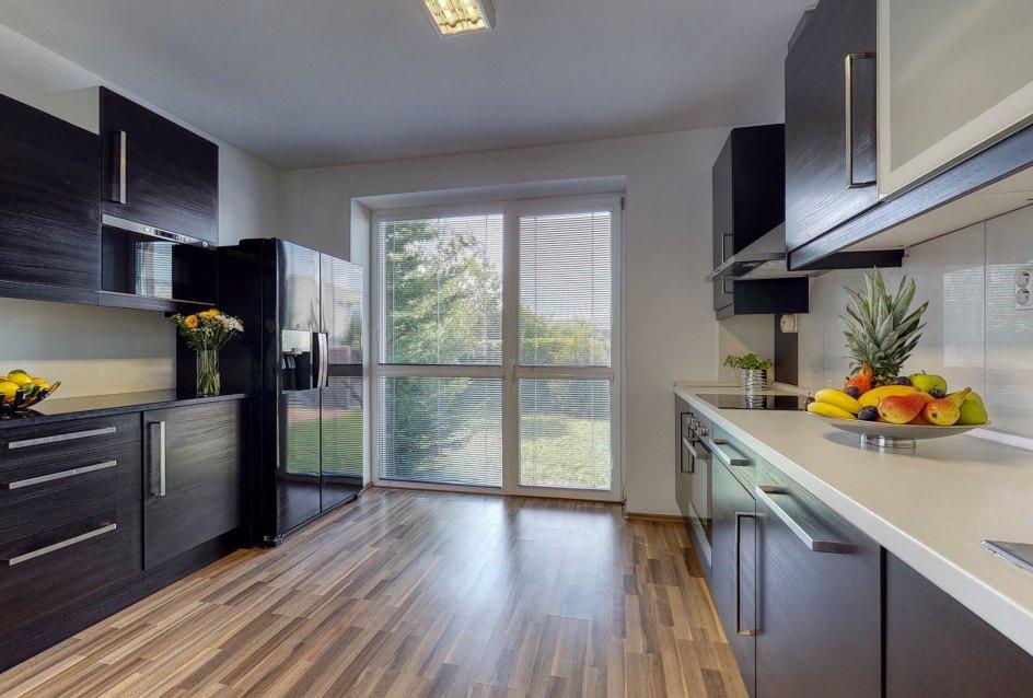 Pohľad v kuchyni s prístupom na pozemok