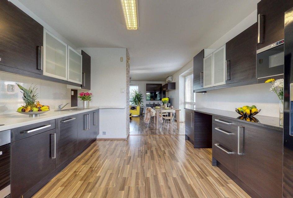 Pohľad z kuchyne na jedálnesky stôl a časť obývacej izby