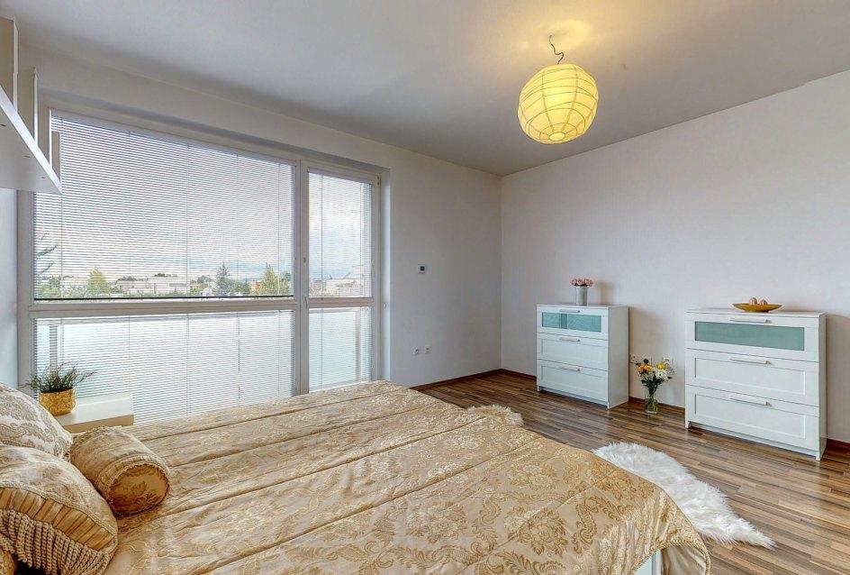 Pohľad na komody a okno v spálni