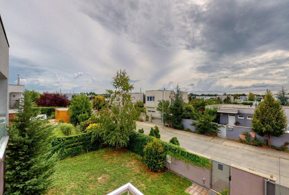 Výhľad z terasy na Šalviovú ulicu v lokalite Panonský háj 2
