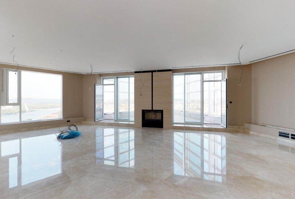 Pohľad na krb a terasu v penthouse v Panorama Towers