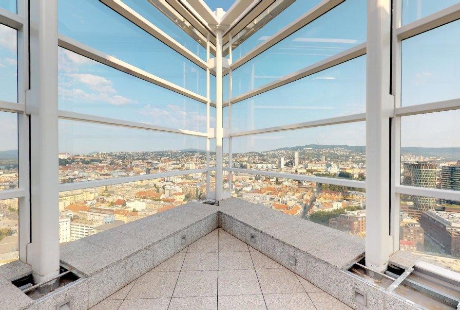 Výhľad na staré mesto z penthousu v Panorama Towers