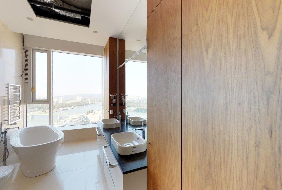 Kúpeľňa s vaňou a kúpeĺnovým nábytkom penthousu v Panorama Towers