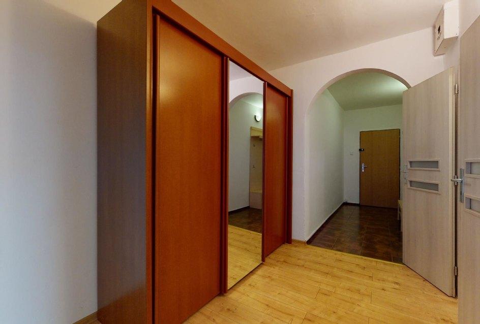 Predsieň so skriňou v 2-izbovom byte na Považanovej ulici v Dúbravke