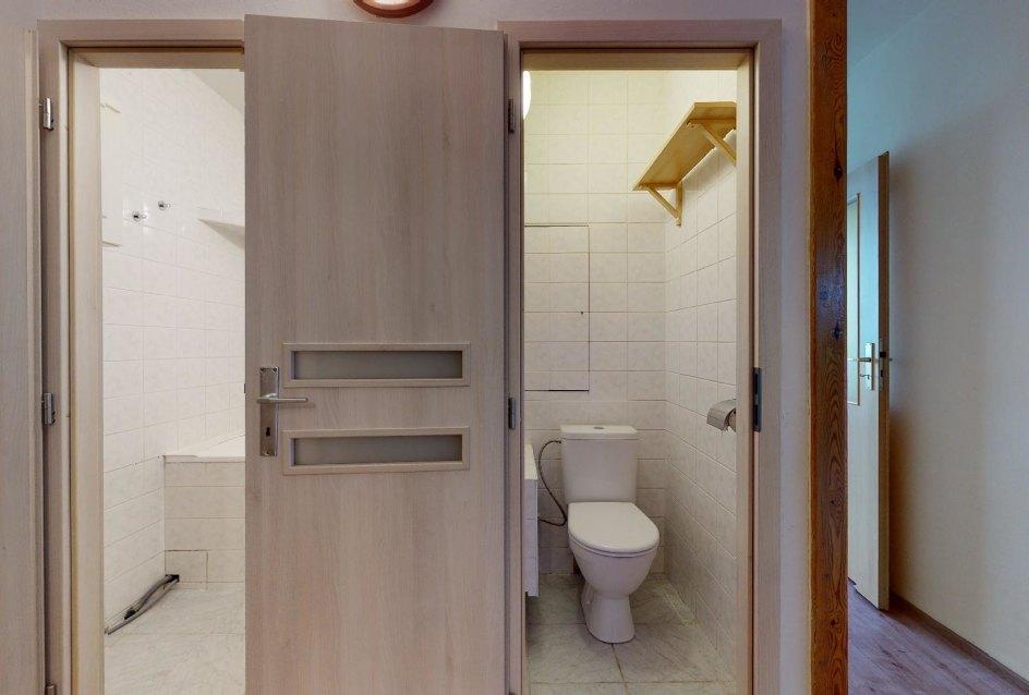 Kúpeľňa a toaleta v 2-izbovom byte na Považanovej ulici v Dúbravke