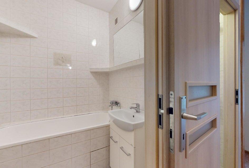 Kúpeľňa s vaňou v 2-izbovom byte na Považanovej ulici v Dúbravke