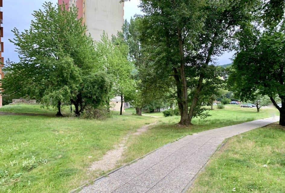 Chodník k bytovému domu