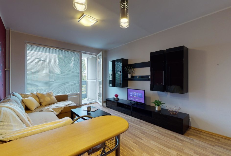 Obývacia izba so vstupom na lodžiu