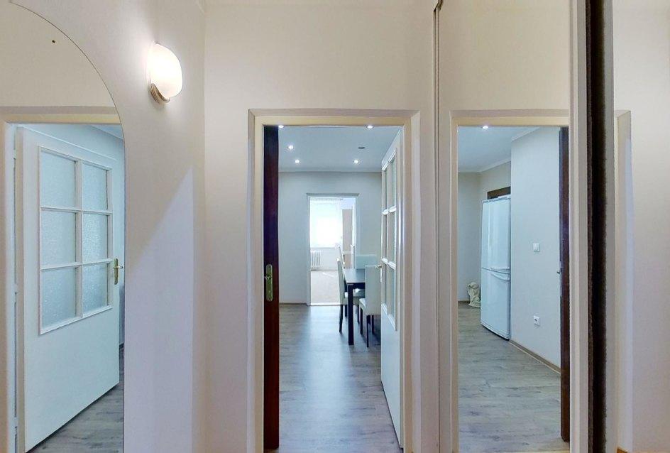 Vstavaná zrkadlová skriňa v 2-izbovom byte na Jašíkovej v Čadci
