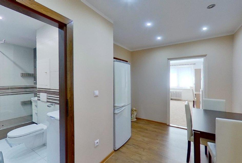 Pohľad do jednálne a kúpeľne v 2-izbovom byte na Jašíkovej v Čadci