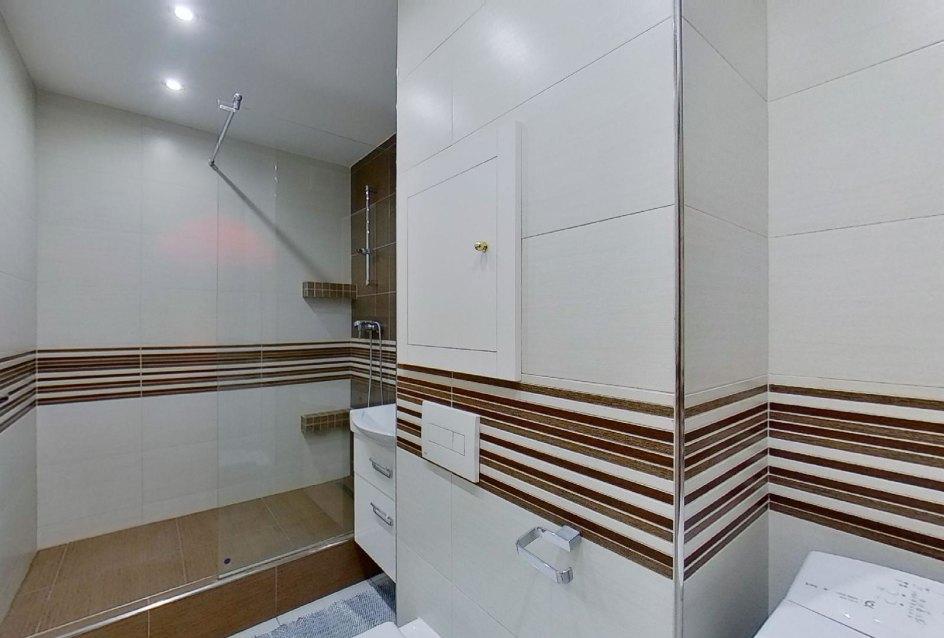 Sprchový kút a toaleta v kúpeľni v 2-izbovom byte na Jašíkovej v Čadci