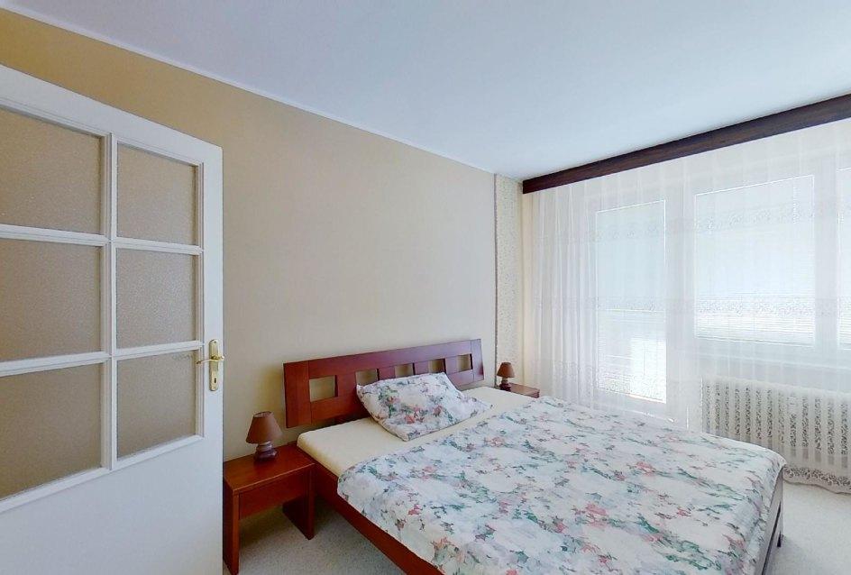 Spálňa s manžeskou posteľou v 2-izbovom byte na Jašíkovej v Čadci
