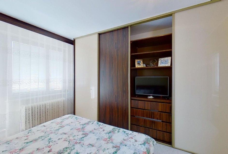 Vstavaná skriňa v spálni v 2-izbovom byt na Jašíkovej v Čadci
