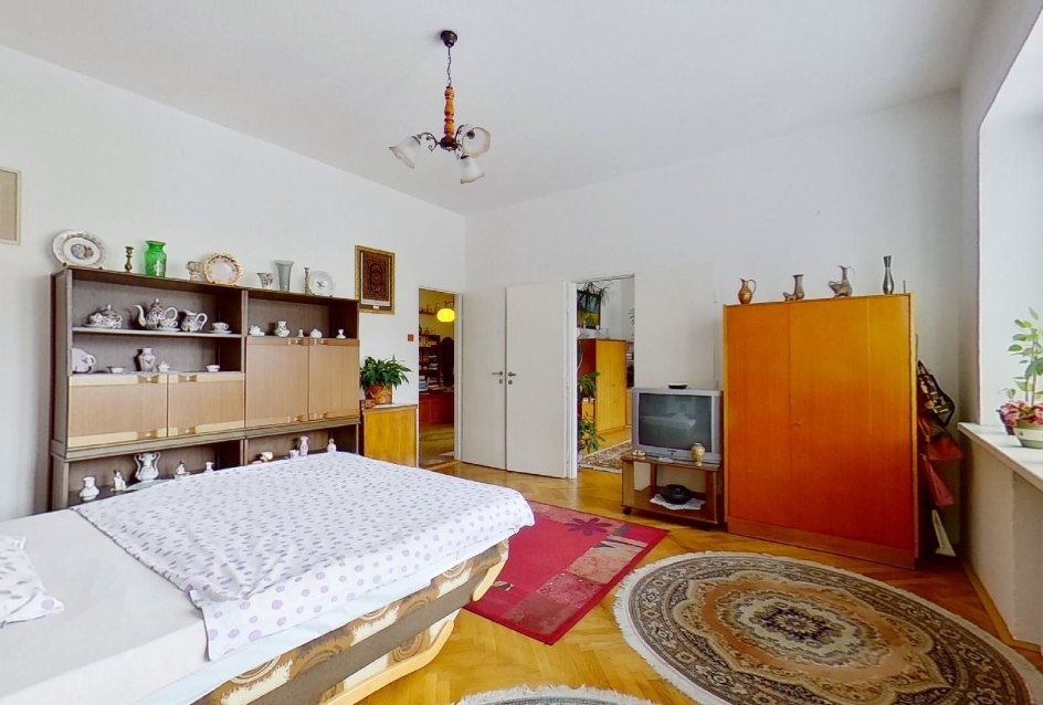 Nábytok a manželská posteľ v spálni