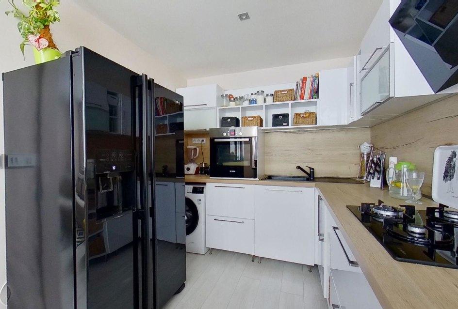 moderná kuchyňa s americkou chladničkou