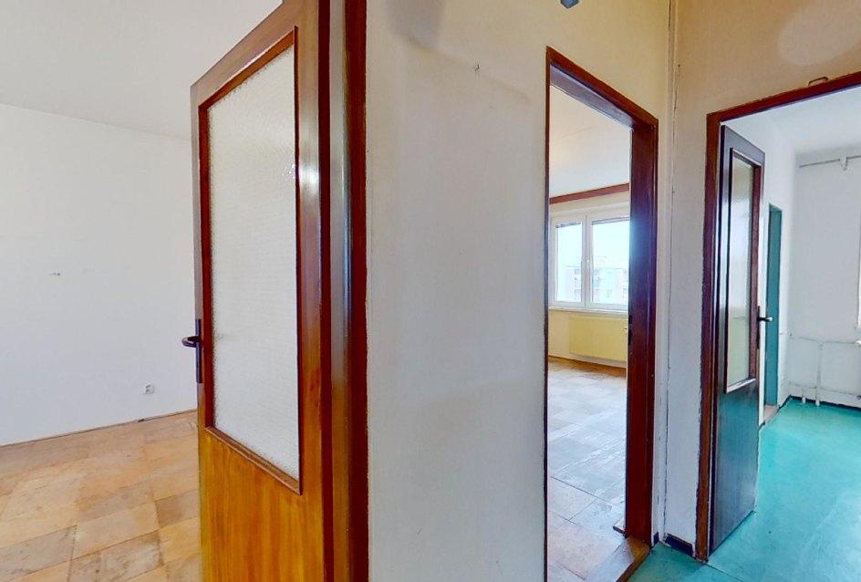 Chodba 3-izbového bytu v pôdovnom stave na Pražskej ulici v Košiciach