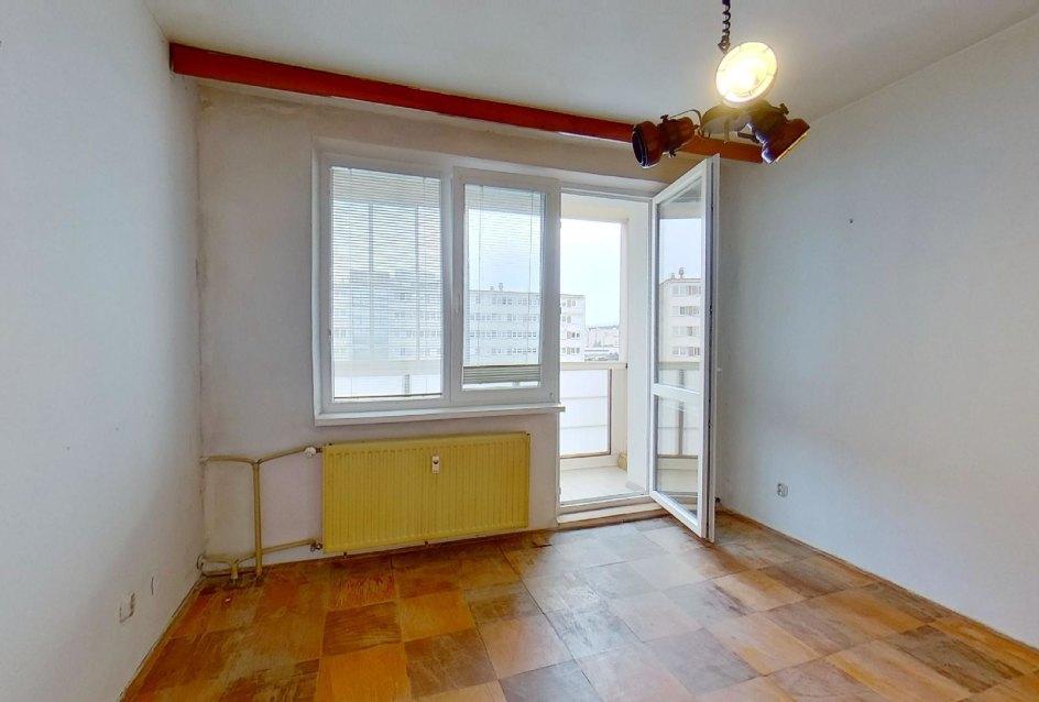 Spálňa s lodžiou 3-izbového bytu v pôdovnom stave na Pražskej ulici v Košiciach